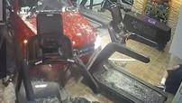 Nữ tài xế lái chiếc Mercedes-Benz GLC lao thẳng vào phòng tập gym khiến một người đàn ông bị thương