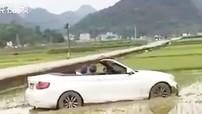 Người cha lái xe BMW mui trần của con đi mua đồ ăn nhưng lại lao xe xuống cánh đồng lúa