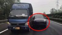 Thay chồng lái xe, người vợ lạc tay lái đâm Porsche Cayenne vào bên hông chiếc xe tải