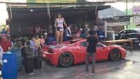 """2 cô gái đứng trên siêu xe Ferrari 458 Spider """"quẩy"""" cực sung trong Lễ hội té nước Thái Lan 2019"""