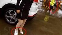 Nữ tài xế bị phạt gần 8 đô la chỉ vì chân phải mang giày Sneaker còn chân trái mang giày cao gót