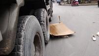 Hà Nội: Cô gái quê Thái Bình chết thảm dưới bánh xe ben sau va chạm giữa 2 xe máy