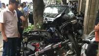 Hà Nội: Lái xe ô tô nghi say rượu, phi lên vỉa hè hạ gục hàng loạt phương tiện
