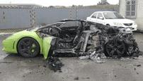 Cô gái trẻ bất lực nhìn chiếc siêu xe Lamborghini Gallardo của mình bị lửa thiêu rụi