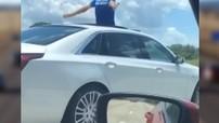 """Vừa lái chiếc xe sang Cadillac vừa thò người ra ngoài qua cửa sổ trời, cụ ông 70 tuổi bị cảnh sát """"sờ gáy"""""""