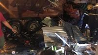 Xe ben mất lái khi đổ dốc cầu Chánh Hưng, đâm sập nhà dân khiến 3 người bị thương