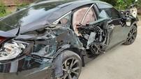 Quảng Bình: Dừng bên đường để CSGT kiểm tra, Honda Civic 2019 chưa có biển số bị ô tô tải đâm trúng