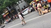 """Hà Nội: """"Thông chốt"""" bất thành, nam thanh niên 20 tuổi đâm gục cảnh sát giao thông"""