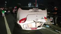 Mazda2 húc đuôi xe bồn, lật ngửa trên cầu Nhật Tân, nữ tài xế bị thương nặng