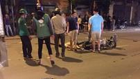 Hà Nội: Va chạm với ô tô tải, thanh niên đi xe máy ngược chiều bị thương nặng