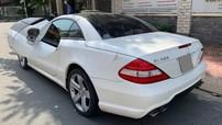 """Sài Gòn: Xe thể thao mui trần hàng hiếm Mercedes-Benz SL550 bị kẻ gian """"vặt gương"""""""
