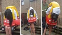 Chết cười cảnh người phụ nữ 34 tuổi cố gắng chui vào xe đồ chơi rồi bị... mắc kẹt