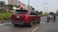 SUV siêu sang Rolls-Royce Cullinan màu đỏ độc nhất Việt Nam đã lăn bánh trên đường phố