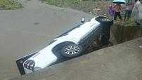 Lào Cai: Đường trơn trượt do mưa lớn khiến Ford Ranger rơi xuống suối
