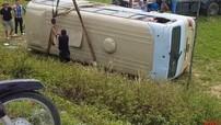 Nghệ An: Nữ công nhân nắm vào tay lái của tài xế để giữ thăng bằng, xe khách lao xuống ruộng