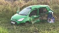 Quảng Ngãi: Bị tàu hỏa tông trúng, taxi Mai Linh bẹp dúm, 2 người tử vong