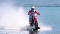 Cào cào chuyên nghiệp Honda CRF450R lập kỉ lục chạy trên mặt nước với tốc độ hơn 100km/h