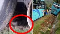 Đắk Lắk: Va chạm với xe khách, người phụ nữ cùng xe máy bị cuốn vào gầm, 1 người nguy kịch