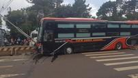 Đắk Nông: Xe khách Limousine nổ lốp, tông vào dải phân cách giữa đường khiến hành khách hú vía