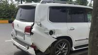 """Hà Nội: Đang dừng đèn đỏ, """"chuyên cơ mặt đất"""" Lexus LX570 bị ô tô khách tông trúng"""