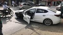 Phú Thọ: Tông trúng xe đầu kéo, Mazda3 rụng bánh trước, túi khí bung kín nội thất
