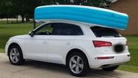 Người phụ nữ bị bắt vì để con nhỏ ngồi trong bể bơi phao đặt trên nóc xe Audi Q5