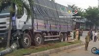 Ninh Thuận: Dừng chờ sang đường, 2 xe máy bị ô tô tải tông trúng, 2 người thương vong