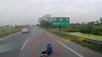 Cao tốc Hà Nội - Bắc Ninh lại xảy ra một vụ cướp giật túi xách phụ nữ khá trắng trợn và nguy hiểm