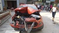 Hà Nội: Người lái Ford EcoSport gây tai nạn liên hoàn cho 2 ô tô và 1 xe máy rồi bỏ chạy