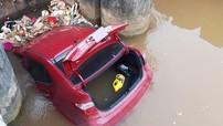 Bắc Giang: Xe Hyundai rơi xuống mương bị mắc kẹt tại miệng cống thoát nước