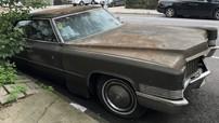 """Sau 25 năm """"chết dí một chỗ"""", chiếc Cadillac cổ điển này cuối cùng cũng bị cảnh sát kéo đi"""