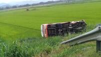 Nghệ An: Xe buýt lật dưới ruộng, một phụ nữ tử vong tại chỗ