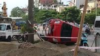 Nữ tài xế bị thương trong chiếc Toyota Yaris lật nghiêng tại Hà Nội