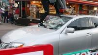 Ủng hộ làn sóng tẩy chay hàng Nhật, người đàn ông tự tay đập nát xe sang Lexus của mình