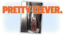 Tài xế xe tải này đã khéo léo sửa chữa đèn hậu bị hỏng với một chai nước giải khát