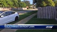 """Tài xế Tesla Model 3 thản nhiên """"sạc nhờ điện"""" nhà người khác và không thèm xin lỗi"""