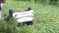 Bắc Ninh: Xe taxi lật ngửa dưới mương, tài xế chết thảm