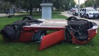 Siêu xe Lamborghini Huracan lật ngửa sau tai nạn với xe bán tải