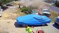 Giật mình với khoảnh khắc xe bán tải lao vào lề đường như tên bắn, tông trúng ô tô đang đỗ