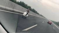Thanh niên điều khiển xe ga Vespa chạy ngược chiều trên làn đường 120 km/h của cao tốc Hà Nội - Hải Phòng