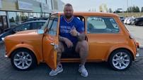 """Hài hước cảnh nam diễn viên cao hơn 2 mét, nặng gần 200 kg của phim """"Games of Thrones"""" cố ngồi vào một chiếc Mini Cooper"""