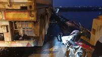 Xe container lao qua dải phân cách trên cầu Thanh Trì, tông 3 xe máy, 1 người rơi xuống sông Hồng