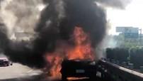 Gặp tai nạn ở tốc độ cao, xe Porsche bốc cháy như ngọn đuốc trên cao tốc