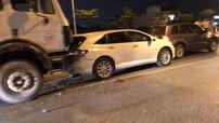 """Hà Nội: 4 ô tô đâm """"dồn toa"""" trên cầu vượt Mai Dịch, thanh niên đứng xem tai nạn bị taxi tông trúng"""