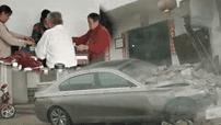Xe BMW đâm sầm vào nhà, ông nội và dì vẫn bình tĩnh chơi mạt chược