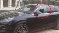 Người đàn ông khóc sau khi biết mình đập vỡ cửa kính chiếc Porsche, thiệt hại 33 triệu đồng