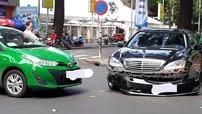 Sài Gòn: Va quẹt với xe taxi Toyota Vios 2019, Mercedes-Benz S-Class rơi cản va trước