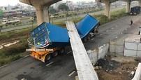 Sài Gòn: Dầm bê tông của cầu bộ hành đang thi công đổ trúng thùng container của xe đầu kéo