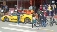 """Nhiều em nhỏ vùng cao Sapa vây quanh lấy siêu xe Ferrari 488 GTB do Cường """"Đô-la"""" điều khiển"""