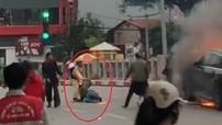 Video CSGT cứu tài xế Grabbike khỏi đám cháy trong vụ nữ tài xế lái Mercedes gây tai nạn liên hoàn